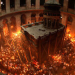 Благодатный огонь сошел в храме Гроба Господня в Иерусалиме.