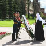 В преддверии 76-й годовщины Победы Святейший Патриарх Кирилл возложил венок к могиле Неизвестного солдата у Кремлевской стены